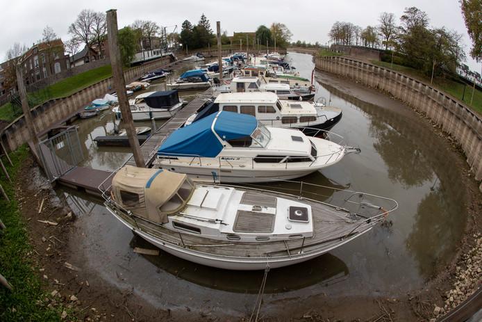 Lage waterstand van de IJssel zorgt voor problemen in verschillende jachthavens.