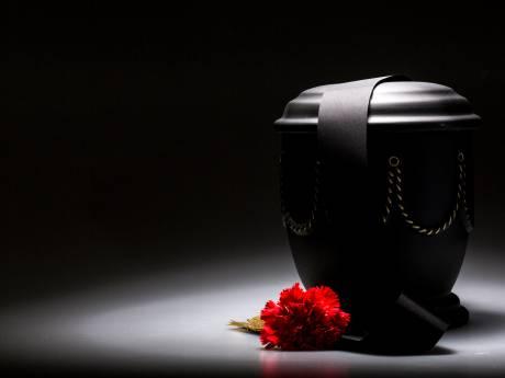 Familie overleden Eric twijfelt: 'Is de as in deze urn wel van hem? En is hij wel echt gecremeerd?'