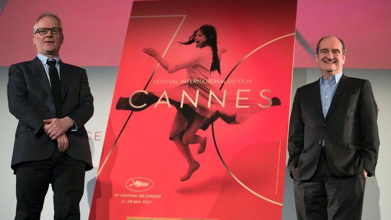 Artistiek directeur van het Cannes Filmfestival, Thierry Fremaux (L), en president van het filmfestival Pierre Lescure (R) poseren voor de poster van het Cannes Beeld null