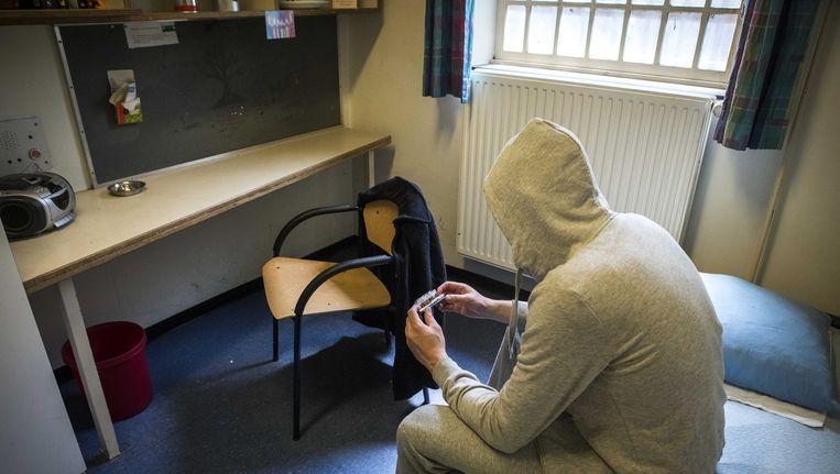 """Een gevangene in Nederlandse cel. Ook al vraagt ons land om de uitlevering van Belgische verdachten, onze noorderburen weigeren tot """"de toestand in onze gevangenissen beter wordt""""."""