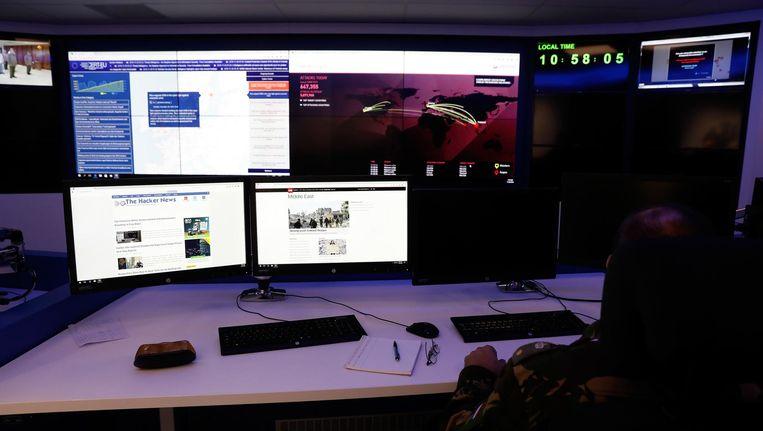 Controlekamer van de cybereenheid van Defensie. Het Defensie Cyber Commando (DCC) wordt begin 2017 operationeel. Beeld anp