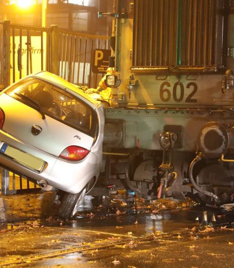 Auto botst tegen locomotief op Waalkade in Oss, machinist gewond