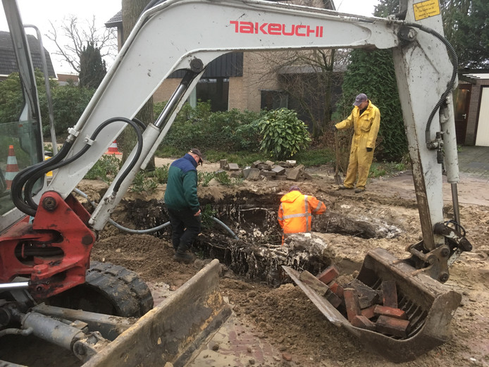 Werk aan het herstel van de waterleiding aan de Meijersweg.