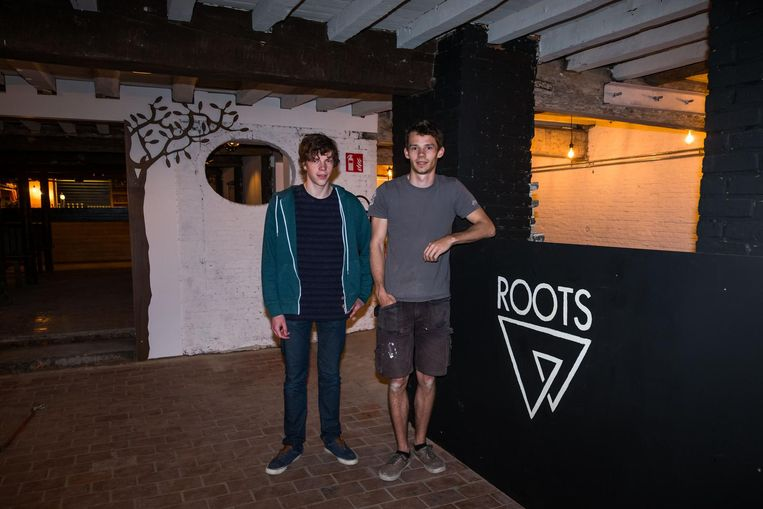 Maarten De Weerdt en Floris Bosteels in het nieuwe jeugdhuis.