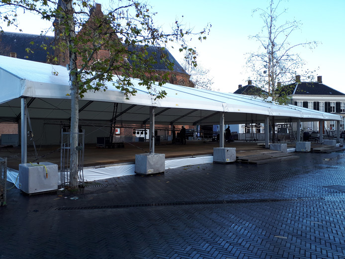 De ijsbaan in Oosterhout wordt opgebouwd.