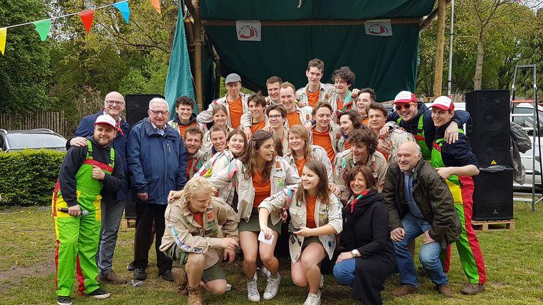 De oprichters en de (oud)-leiding van de scouts op hun dertigste verjaardag.
