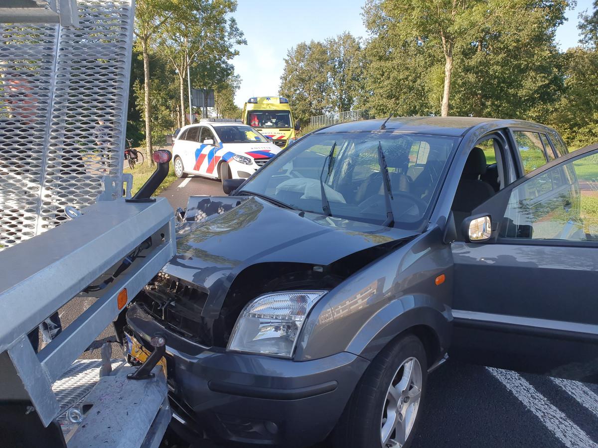 De brandweer heeft de auto van de weg geduwd, zodat het overige verkeer niet te veel hinder ondervind van het ongeval.