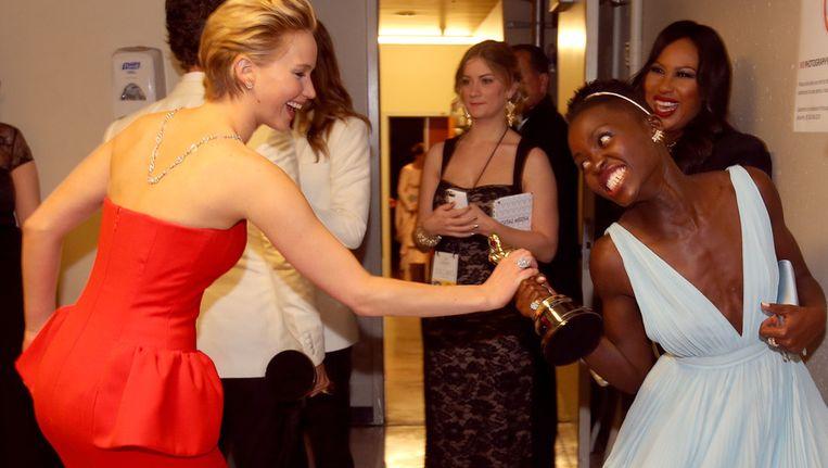 Jennifer en Lupita vechten op speelse wijze om het beeldje.