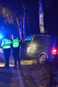 Bestelbus botst tegen boom in Someren, bestuurder gewond naar ziekenhuis