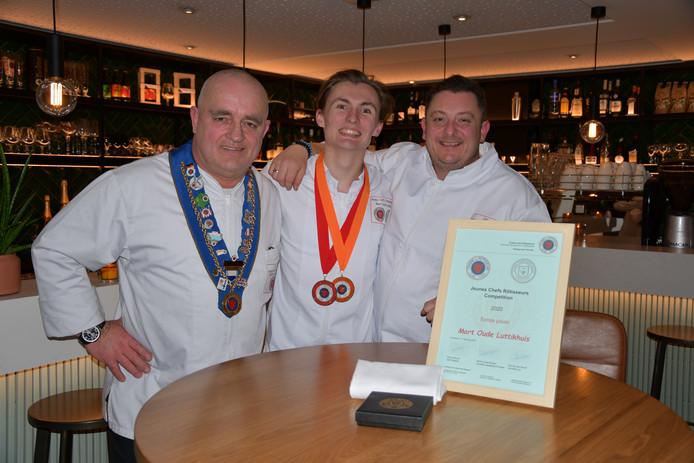 Winnaar Mart Oude Luttikhuis geflankeerd door de keukenjuryleden Piet van den Bosch (links) en Grégory Nicole.