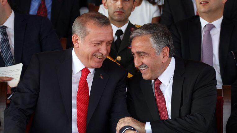 President Erdogan (l) en de Mustafa Akinci, de vierde president van Noord-Cyprus. Beeld epa