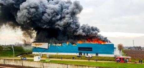 Dag na zeer grote brand in Kesteren: Nog kleine vuurhaarden in afgebrande vrieshal