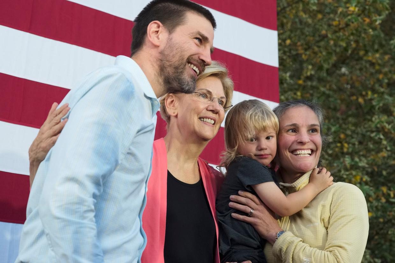 Democratisch presidentskandidaat Elizabeth Warren poseert voor een selfie met TJ Filip, Wendy Miner en hun zoon Theo.