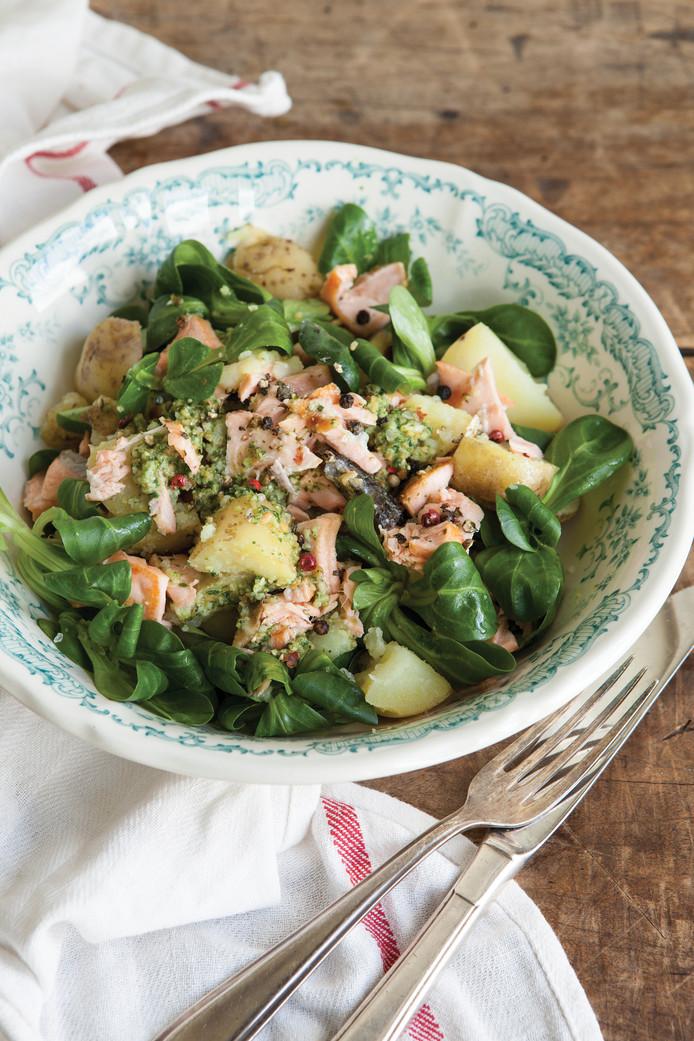 Warme salade met zalm, pesto en aardappels