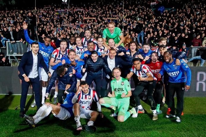 De spelers van Willem II vieren met de supporters het bereiken van de bekerfinale, na de zege op AZ.