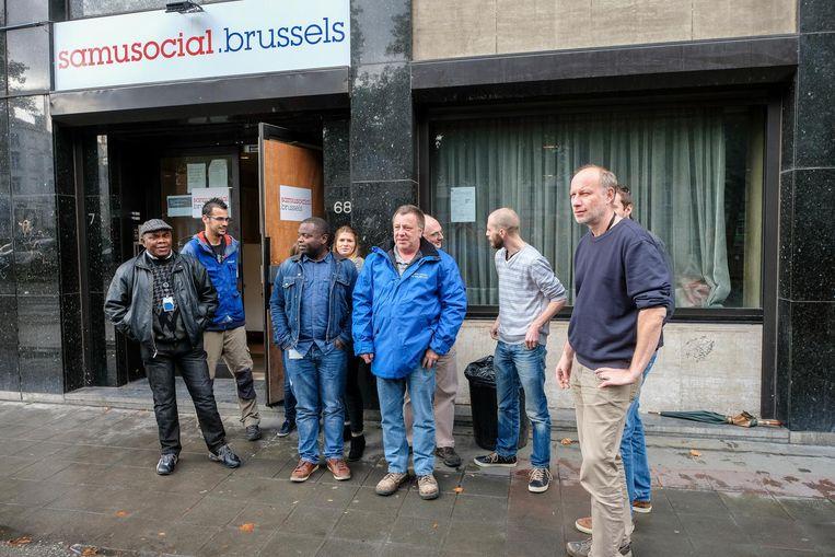 De werknemers van Samusocial verzamelen voor de ingang van het gebouw voor hun stil protest.