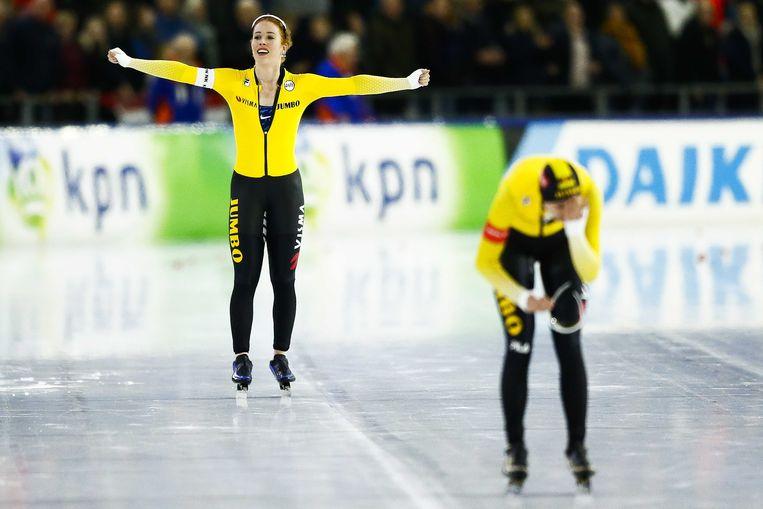 Antoinette de Jong juicht na het winnen van het NK Allround na haar rit tegen Carlijn Achtereekte (R) op de 5000 meter.  Beeld ANP