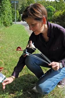 Juliette uit Terneuzen 'plant' keramieken bloemetjes als vriendelijk gebaar