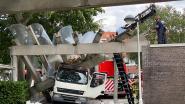 Luifel parochiecentrum stort in nadat truck ertegen rijdt