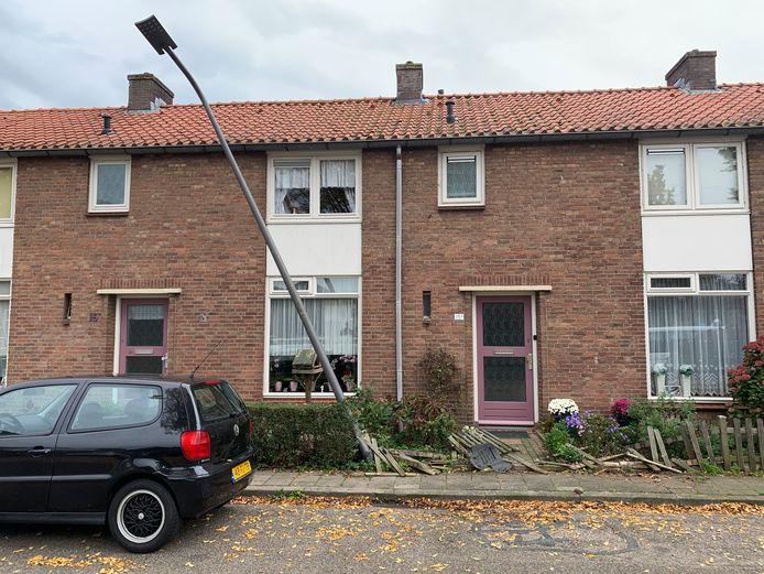 Een auto heeft een tuinhek omver gereden en een lantaarnpaal geramd in Rheden.