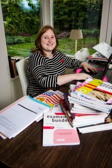 Britt (18) doet examen Grieks terwijl het zonnetje lonkt