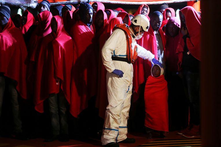 Een groep migranten eerder deze maand op een reddingsboot voor de kust van Spanje. Beeld REUTERS