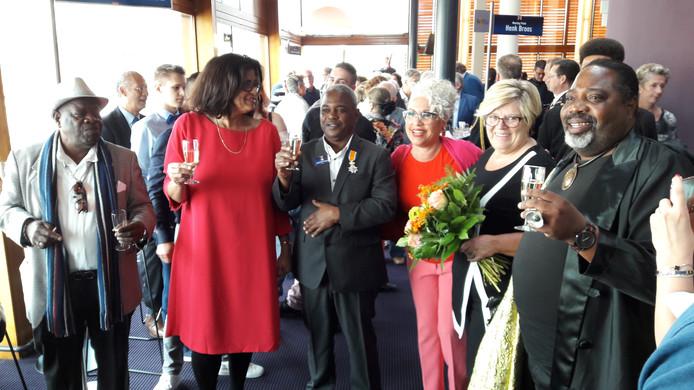 Ludwin Colastica viert met familie en vrienden in de foyer van de Concertzaal zijn koninklijke onderscheiding.
