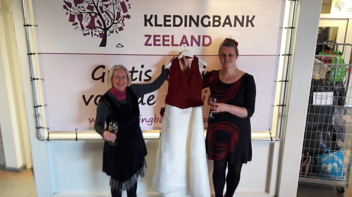 Michèle Piet (links) van de Kledingbibliotheek Middelburg en Marisca van der Rande van de Kledingbank Zeeland.