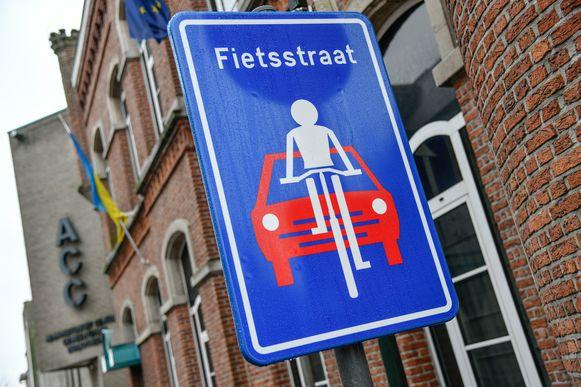 Zo'n verkeersbord duidt een fietsstraat aan.