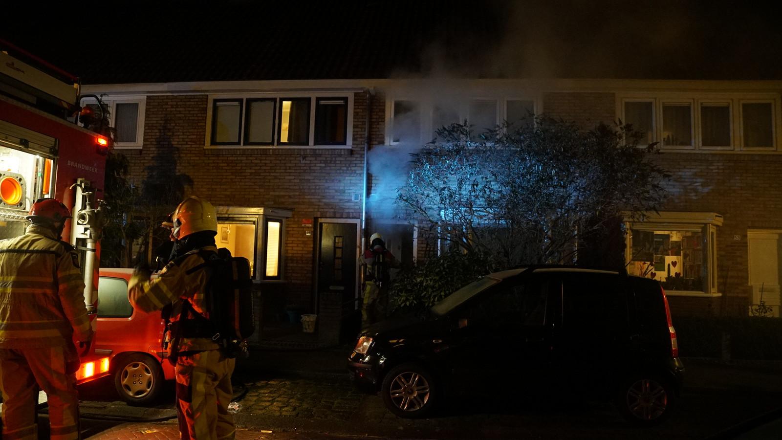 De rook komt uit de woning naar buiten.