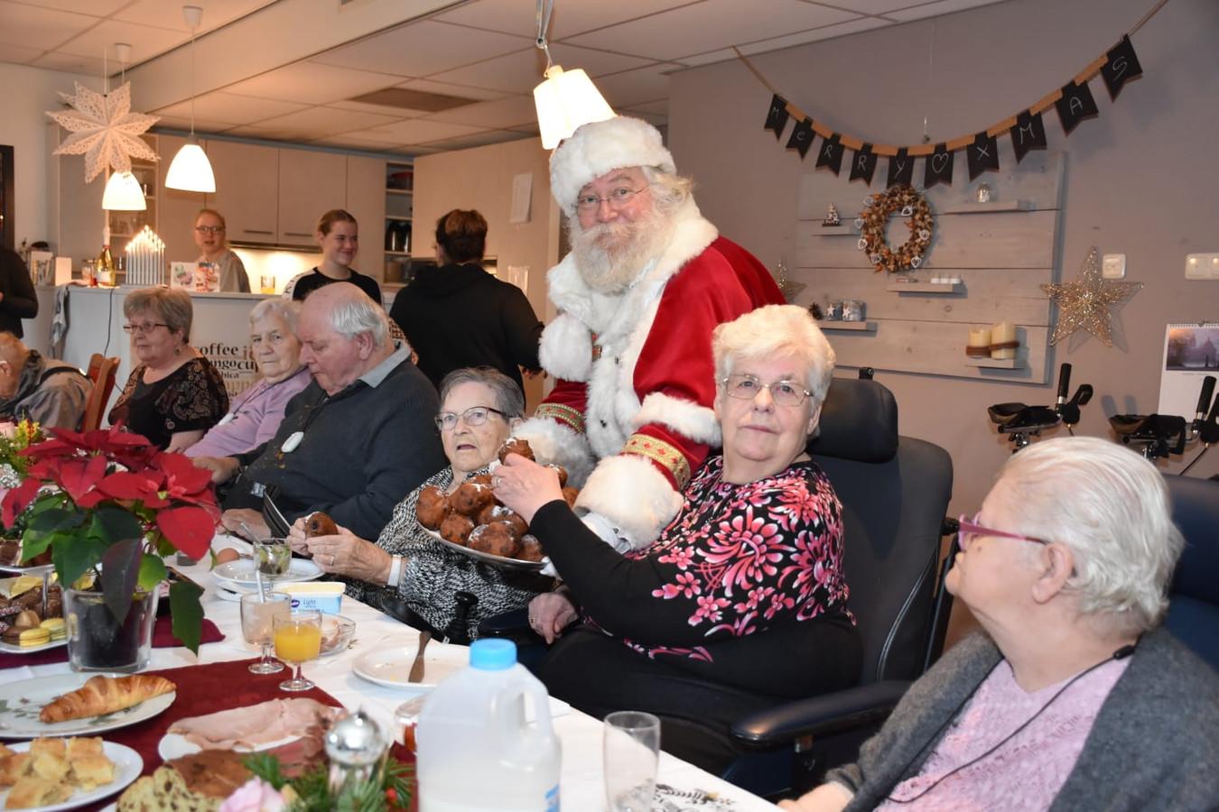 De Kerstman verrast de bewoners van Pieter Pauw met oliebollen.
