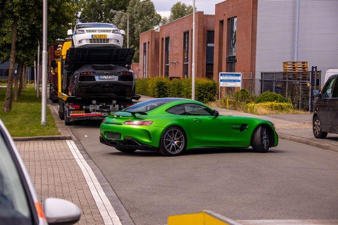 Onder andere een peperdure, groene Mercedes werd in beslag genomen