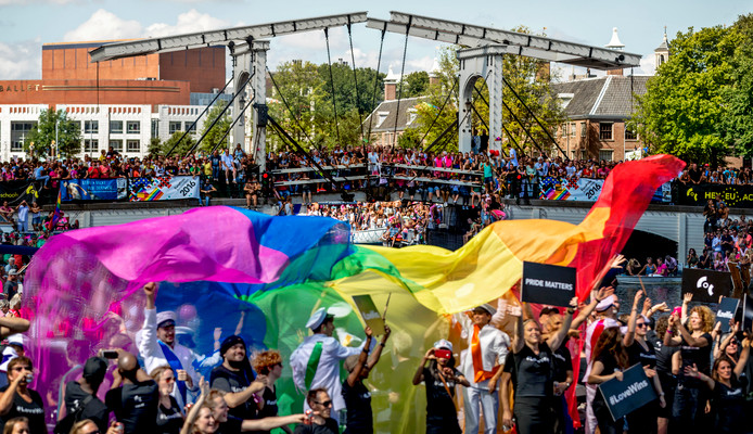 De botenparade tijdens de Gay Pride 2016.