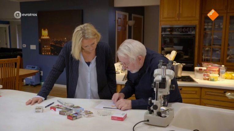 Screenshot uit Radar Extra: Antoinette Hertsenberg onderzoekt de inhoud van een sigaret met klokkenluider Jeffrey Wigand. Beeld Renate van der Bas