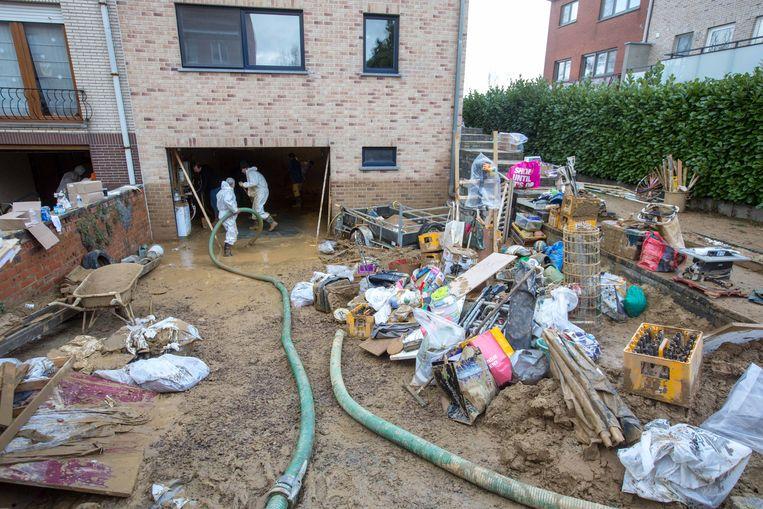 Het puin voor de woning van Marleen Borremans en Peter Duponcheel
