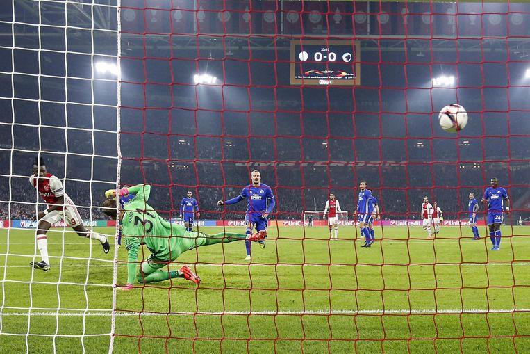 Bertrand Traoré scoort de 1-0. Beeld anp