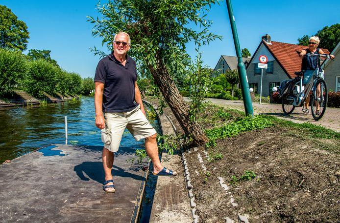 Mans la Lau woont aan de Zuid-Linschoterzandweg en heeft het verkeer dat daar rijdt steeds zwaarder zien worden. Aan de overkant van het water is de oever nog niet hersteld.