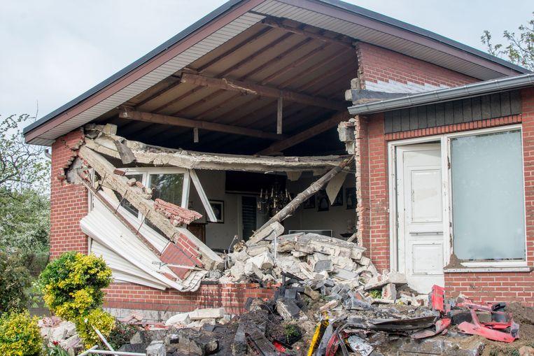 De vrachtwagen ramde de gevel waarna die helft van de woning gesloopt moest worden.