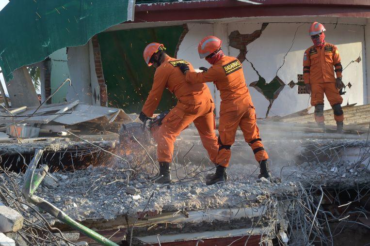 Reddingswerkers aan het werk op Lombok. Beeld AFP