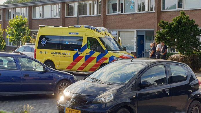 De ambulance staat voor de woning in Doetinchem waar het meisje werd gevonden in het zwembad.