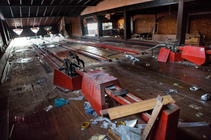 De bowlingbaan van De Posthoorn zoals-ie er eergisteren nog bij lag: Als de laatste stuiptrekking van een dorpsicoon.