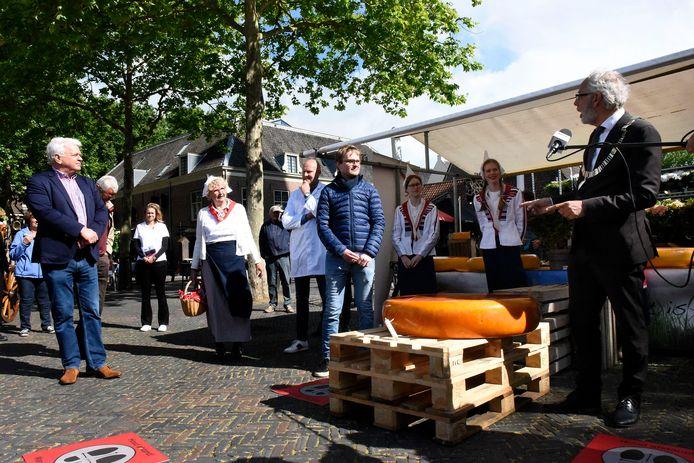 Burgemeester Victor Molkenboer en Daan Theeuwes (met blauwe jas) bij de reuzengraskaas.