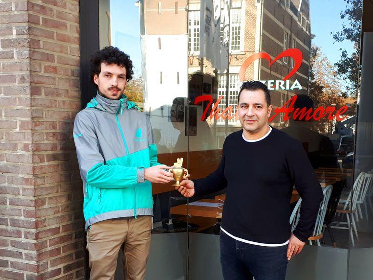De uitbater van pizzeria That's Amore kreeg de prijs in ontvangst.