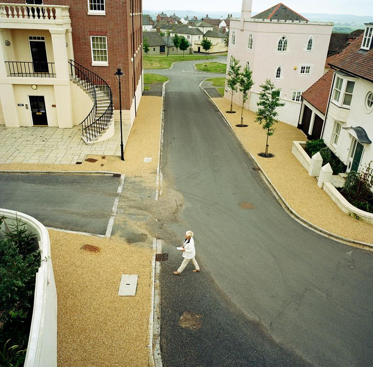 In Poundbury ontbreken de verkeersborden. Hier gaat men te voet Beeld getty