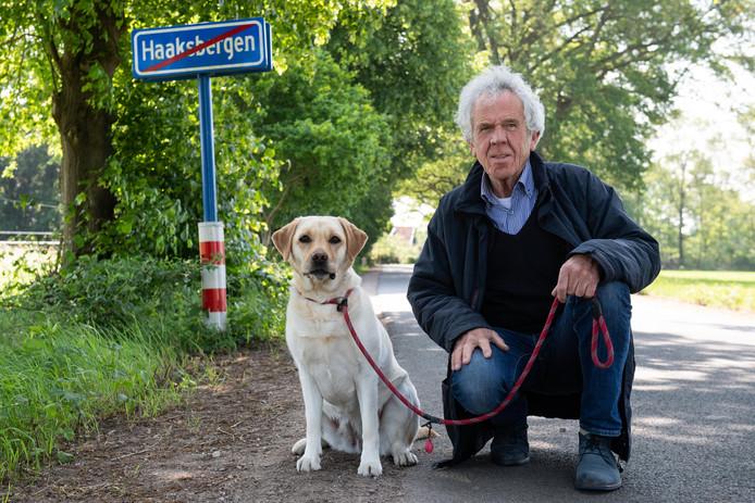 Peter Mense met zijn hond. Hij kreeg een boete omdat Loes hier haar behoefte deed.
