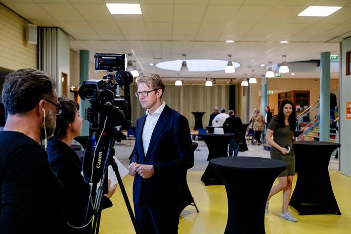 Minister Sander Dekker van Rechtsbescherming geeft een reactie aan de aanwezige pers na afloop aan een gesprek met bezorgde bewoners van Den Dolder.