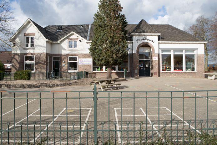 Op het schoolplein van de basisschool op de Boskamp komen drie noodlokalen. Daarnaast krijgen de kinderen van groep 7 en groep 8 les in het dorpscafé.