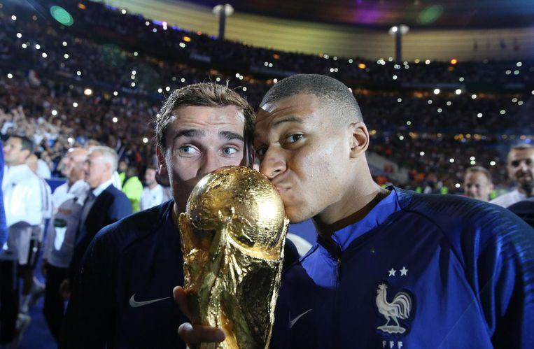 Griezmann pakte vorige zomer met Frankrijk en Mbappé (r) de wereldbeker.