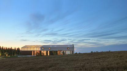 Moderne hoeve licht 's nachts prachtig op dankzij open en doorzichtig dak