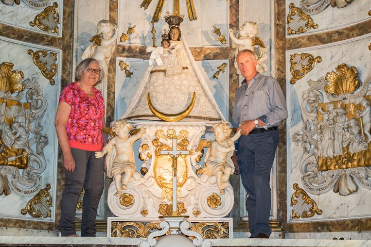 Nieuwe voorzitter Wilfried Lannoeye en nieuwe secretaris Rita Mareco bij het Mariabeeld in de Sint-Janskerk.